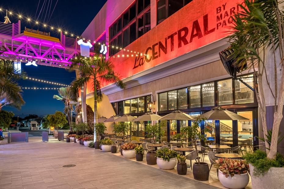 Restaurante La Central: fachada exterior del local ubicado en el Distrito T-Mobile.