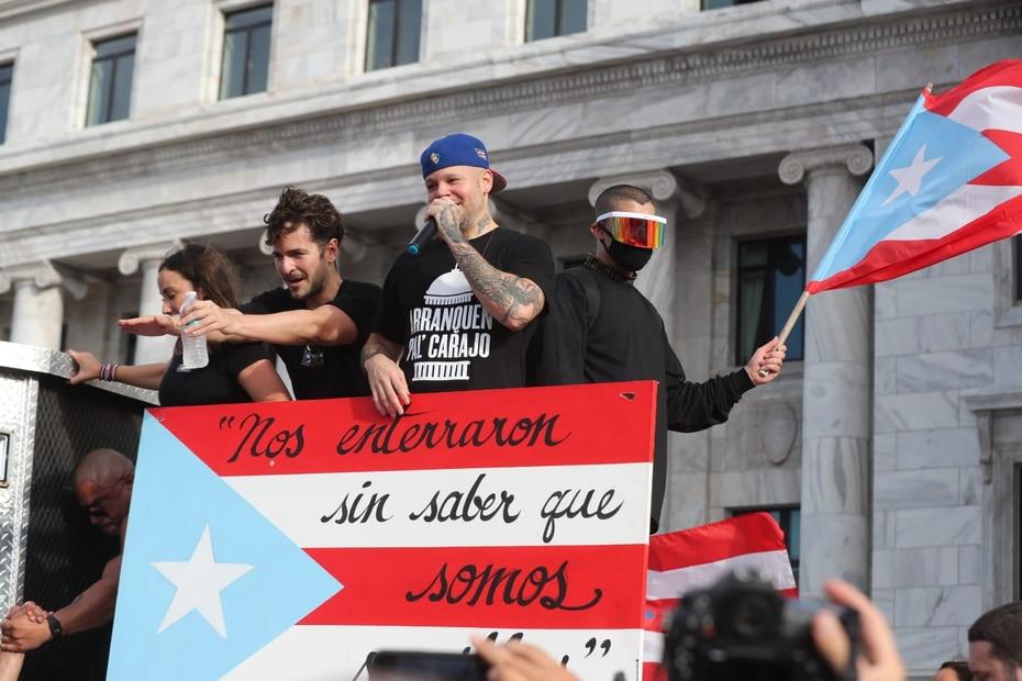 Los cantantes Tommy Torres, René Pérez y Bad Bunny (de izq. a der.) fueron de los primeros en llegar a la marcha.
