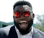 El exbateador designado de los Red Sox de Boston David Ortiz sonríe afuera de Fenway Park en Boston. (AP/Charles Krupa)