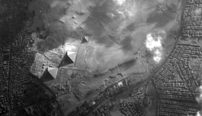 De izquierda a derecha, las pirámides Keops, Kefrén y Micerino. (Agencia Espacial Europea)