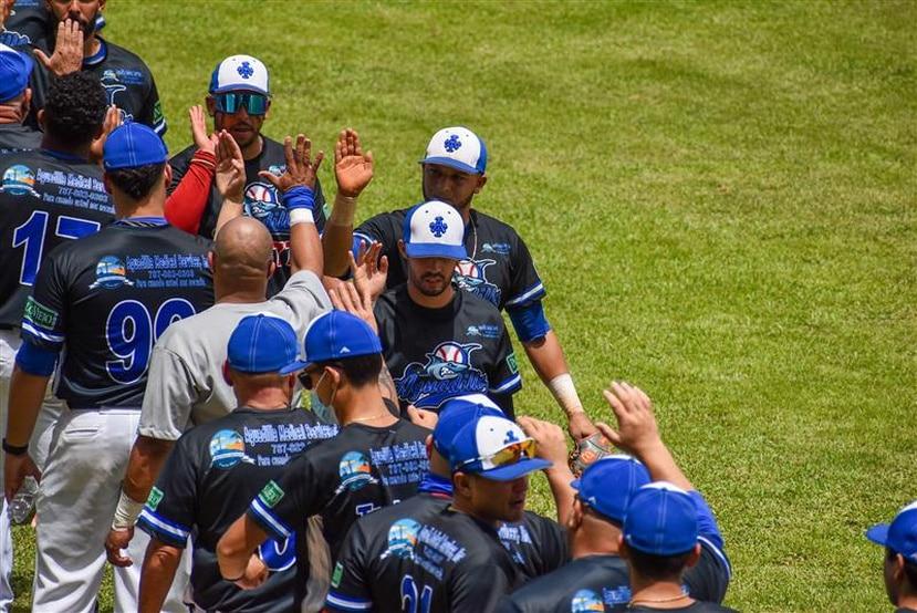 Los jugadores de los Tiburones de Aguadilla celebran tras una de sus victorias en la jornada dominical.