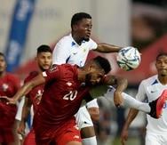 El delantero panameño Aníbal Godoy y Alberto Suently, de Curazao, pelean por el balón durante un partido por la segunda fase de las eliminatorias de la Concacaf al Mundial de Catar.