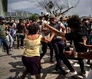 La policía detiene a un manifestante antigubernamental el domingo 11 de julio de 2021 durante una protesta en La Habana, Cuba.