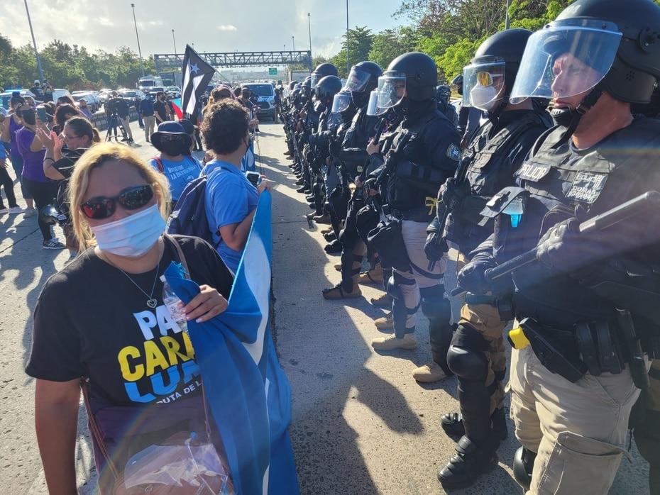 Esta madrugada diversos grupos en contra del acuerdo entre LUMA Energy y el gobierno de Puerto Rico bloquearon el expreso PR-22.