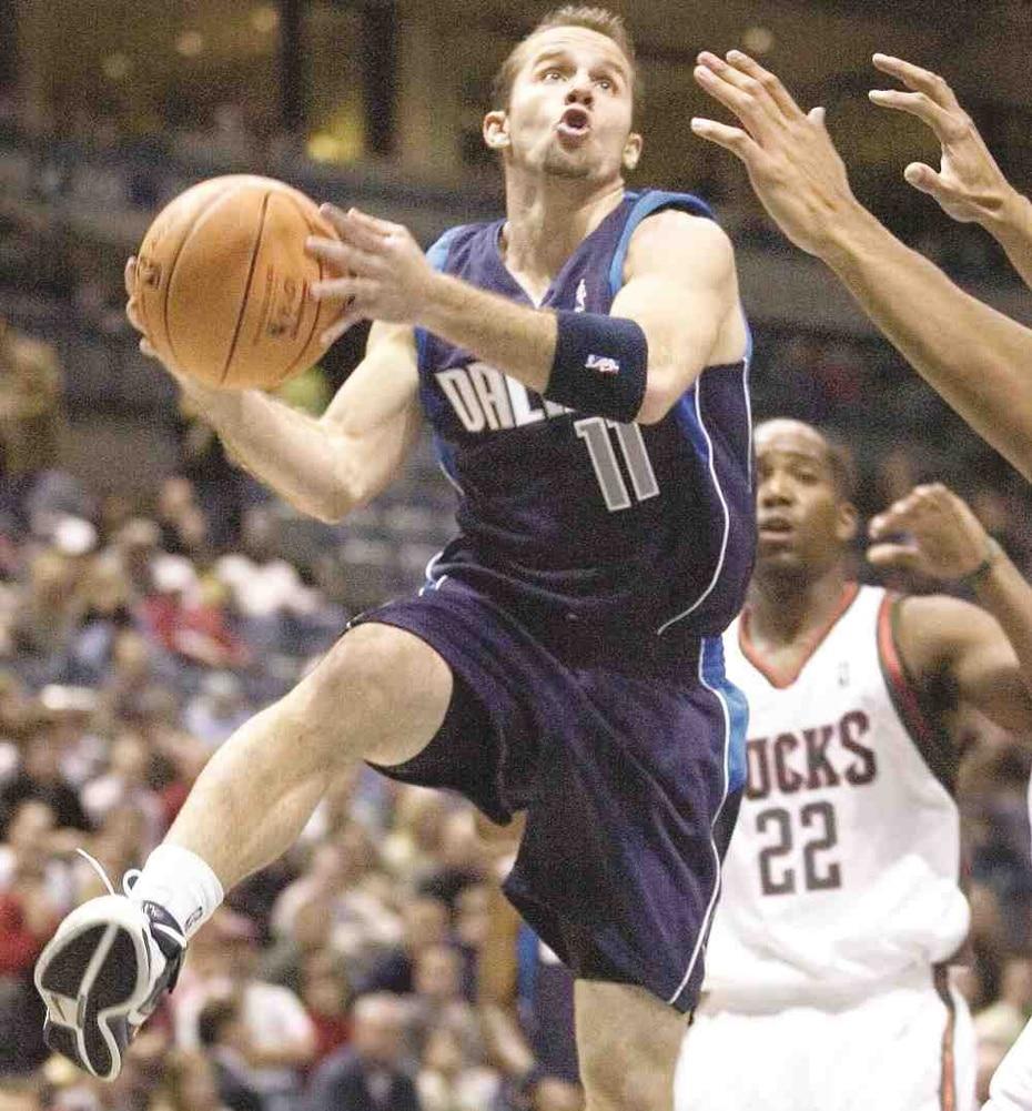 Tras no ser seleccionado en el sorteo de novatos en 2006, Barea firmó como agente libre con los Mavericks a sus 22 años.