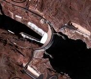 La foto de satélite muestra los bajos niveles de agua en la represa Hoover en la frontera entre California y Arizona, y que captura agua del río Colorado.
