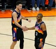 Devin Booker (izquierda) y Chris Paul, estelares de los Suns.