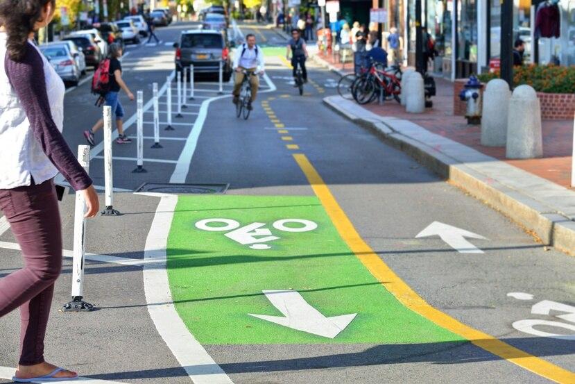 Los carriles exclusivos se crearían con elementos removibles, como drones anaranjados, vallas o conos, entre otros, que separen los autos de los peatones y ciclistas. (Shutterstock.com)
