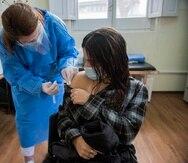 Siguiendo el análisis realizado por el doctor Rafael Irizarry, catedrático de bioestadística en la Universidad de Harvard, se observa que las hospitalizaciones por complicaciones asociadas a esta infección también han subido, pero no las muertes.