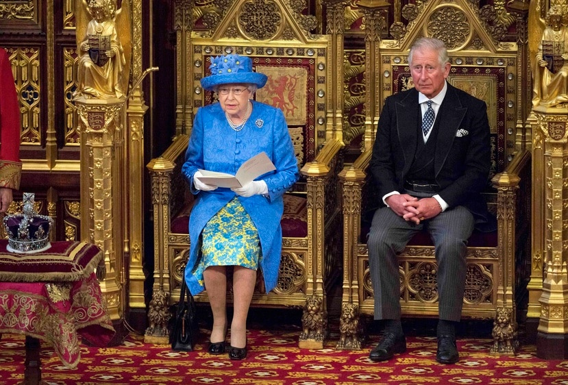 El Sunday Times indicó que la pasada semana se rumoró que la reina Isabel II (junto a su hijo Carlos en la foto) dijo a su círculo más íntimo que podría abandonar el trono si continuase reinando en un plazo de cuatro años. (EFE)