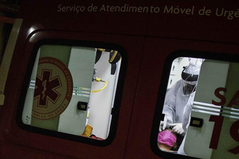 Trabajadores trasladan a una paciente con covid-19 al hospital en Amazonas, Brasil. (AP)