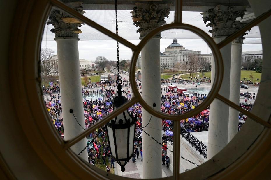 Desde esta ventana se ve cómo estaban congregados los simpatizantes de Donald Trump.