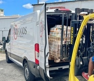 """AZ Foods tiene una flota propia y también usa carreros independientes para las órdenes de mayor volumen. Mientras, en las islas vecinas del Caribe cuenta con personal de operaciones dedicado a despacho y entrega, así como un local de almacén y """"showroom"""" en St. Thomas"""