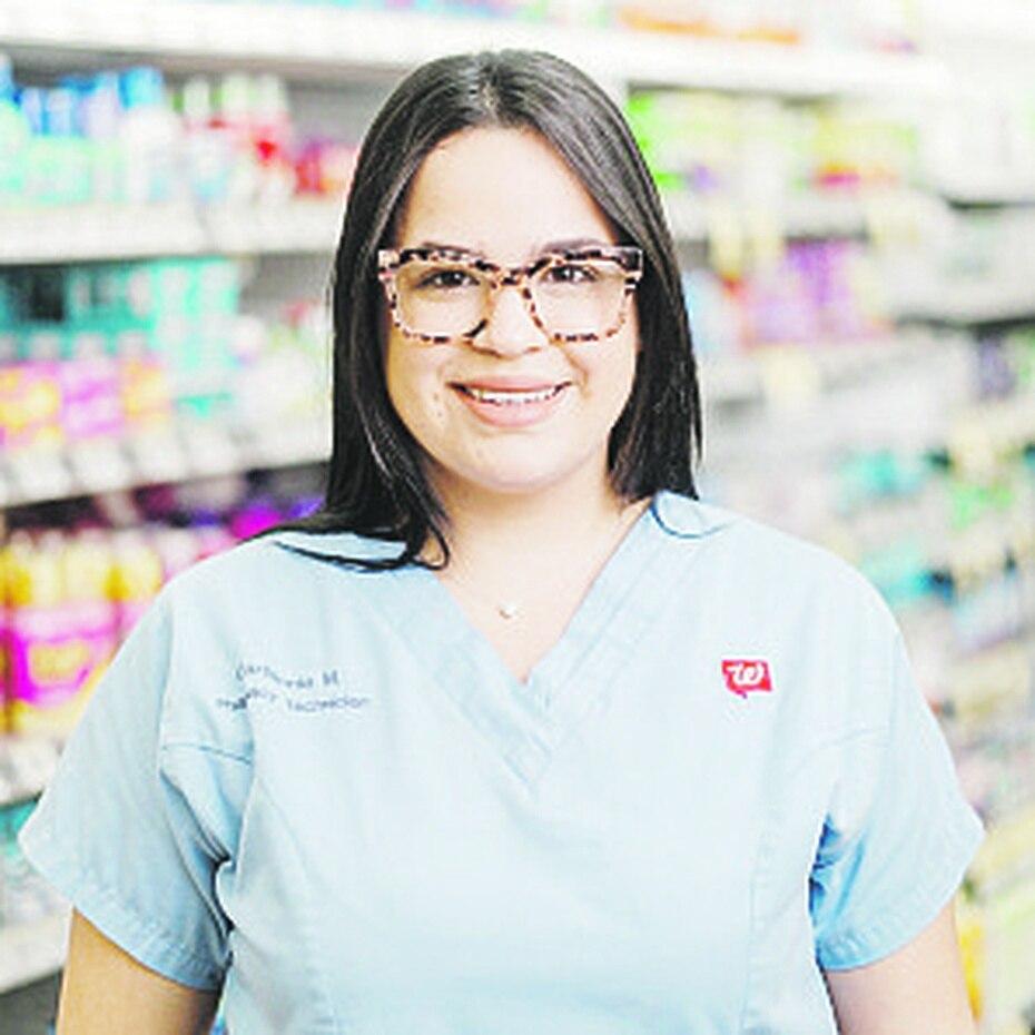 """""""Trabajar en Walgreens ha sido una experiencia muy bonita. Aquí es donde me he desarrollado personal y profesionalmente.  Walgreens es parte de mi familia"""" - Carliannie Mercado Seniors, técnica de farmacia"""