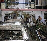 Algunas personas inspeccionan los daños en la casa de la familia Ahmadi después de un ataque con drones de Estados Unidos en Kabul, Afganistán.