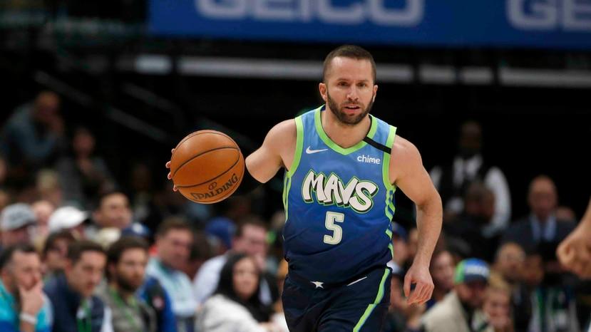 El martes en San Antonio, José Juan Barea dijo que atendió a la prensa fuera del camerino como parte de las nuevas medidas de la NBA. (AP)
