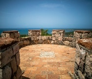 Among the recreational activities at Fort Capron, visitors can enjoy hiking, cycling, and even -only for professionals- climbing. Entrance to the building is free.