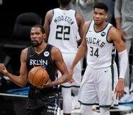 Kevin Durant aprieta el puño en celebración ante la mirada de frustración de Giannis Antetokounmpo durante el quinto juego de la serie entre Nets y Bucks.