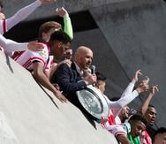 Ajax funde trofeo de la liga holandesa para repartirlo entre sus aficionados