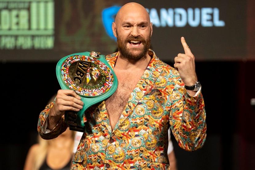 Tyson Fury posa con el cinturón de campeón mundial de peso completo durante una conferencia de prensa previo a la pelea ante Deontay Wilder, en Las Vegas, el miércoles 6 de octubre de 2021. (Erik Verduzco/Las Vegas Review-Journal viía AP)