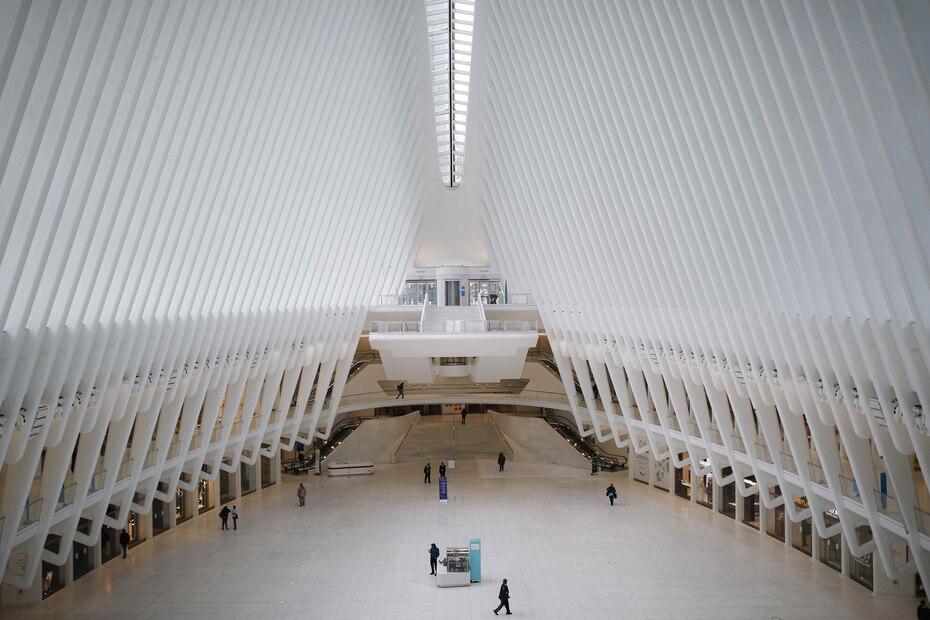 El gigantesco Óculo de Nueva York, habitualmente repleto de turistas y de empleados del distrito comercial de Nueva York, luce casi vacío. (AP)