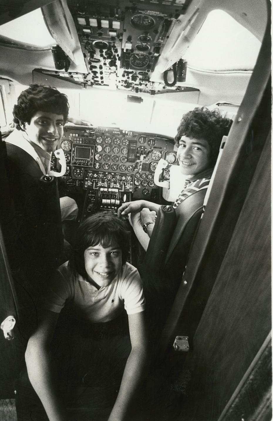 """Con el grupo viajó a diversos países, incluyendo a México, donde 105,000 seguidoras del público le cantaron """"Las Mañanitas"""" en el Estadio Azteca."""