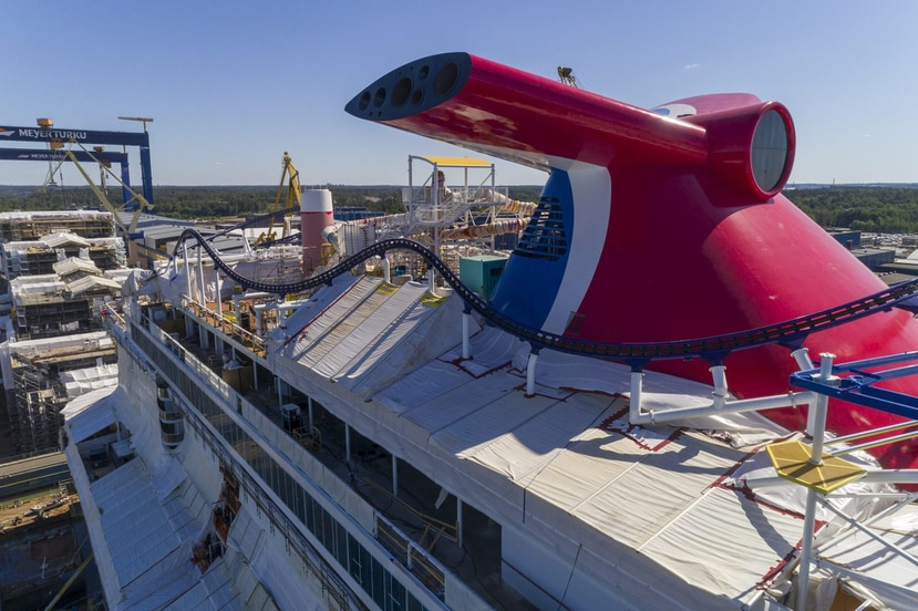 Los rieles de la primera montaña rusa en un crucero ya se instalaron en el Carnival Mardi Gras.