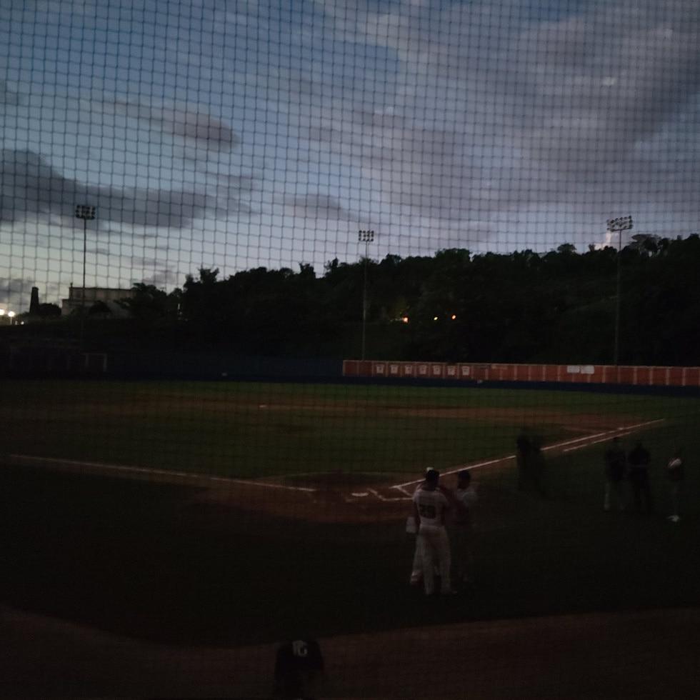 El partido del Béisbol Doble A el domingo en San Sebastián, entre los locales Patrulleros y los Bravos de Cidra se vio interrumpido por 45 minutos por falta de luz.