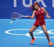 Naomi Osaka, de Japón, le devuelve la pelota a la suiza Viktorija Golubic durante su partido de segunda ronda.