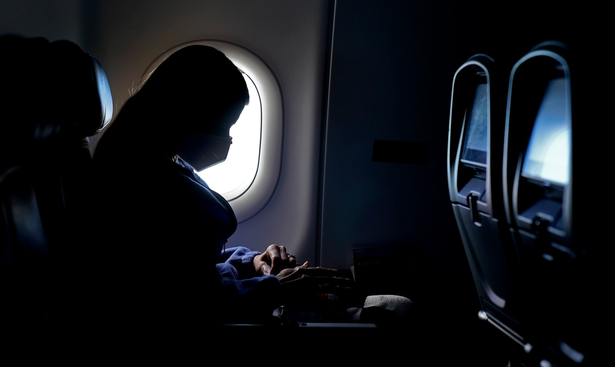 Bloquear asientos en avión reduce riesgo de COVID, según estudio