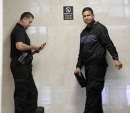 Los testigos Alex Cintrón y Kelvin Rivera esperan su turno para sentarse en el banquillo a testificar.