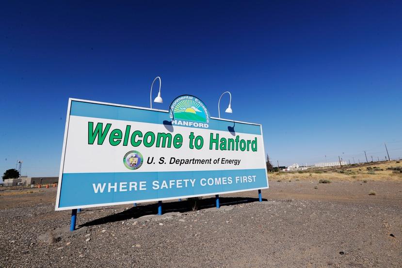 ARCHIVO - En esta fotografía del 13 de agosto de 2019 se muestra un letrero en la Reserva Nuclear de Hanford, cerca de Richland, Washington. (AP Foto/Elaine Thompson, Archivo)
