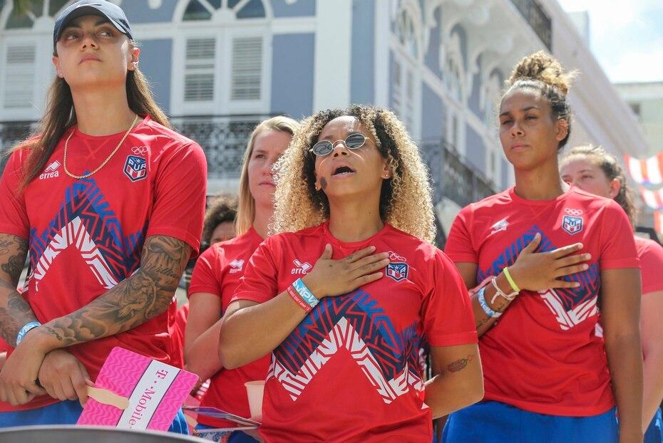 """Las integrantes de la Selección de Baloncesto femenino (de izq. a der.) Jazmon Gwathmey, Allison """"Ali"""" Gibson, Dayshalee Salamán e India Pagán escuchan el himno nacional de Puerto Rico."""