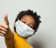 Un niño con mascarilla para protegerse contra el COVID-19.