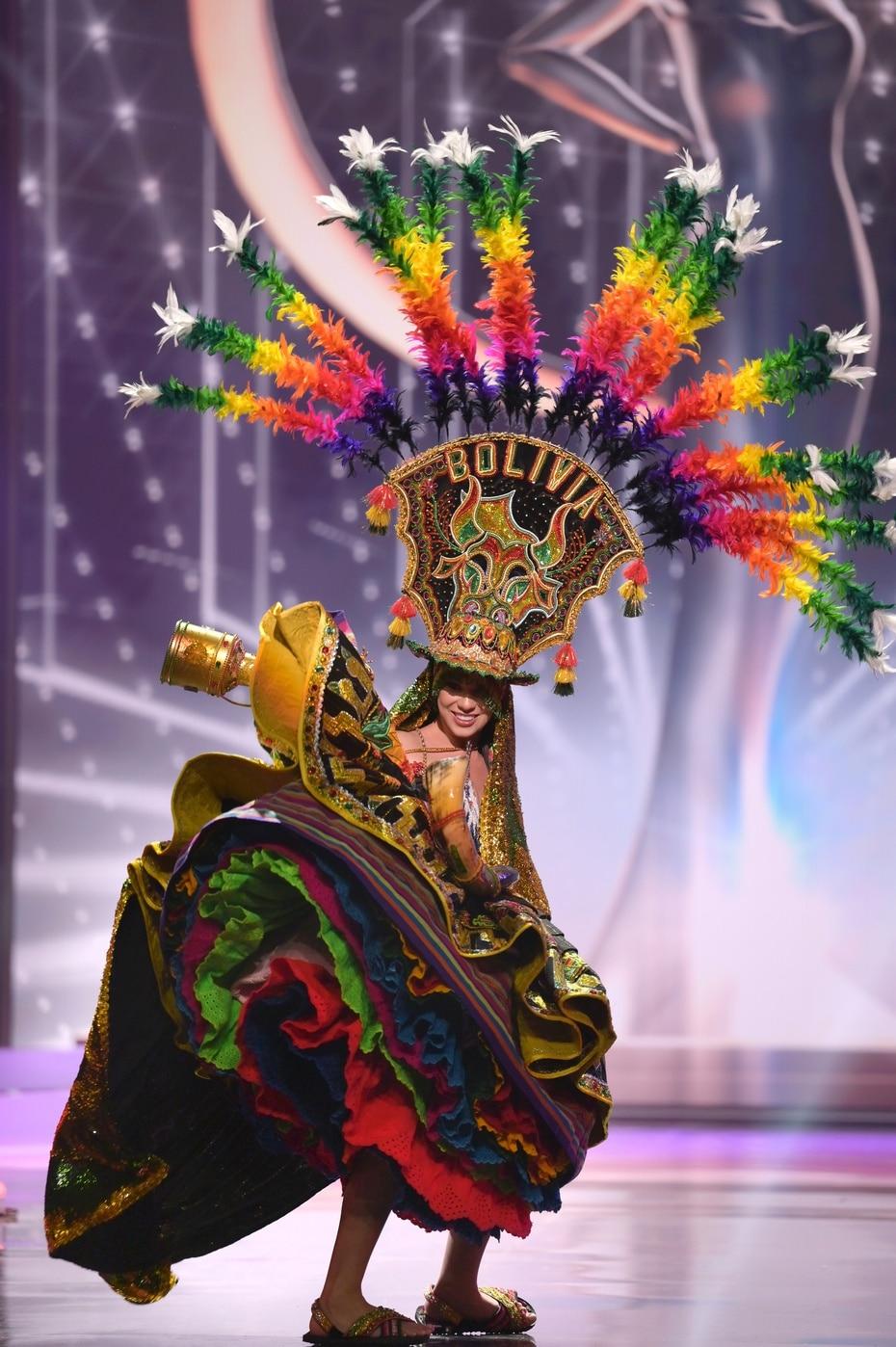 Lenka Nemer, Miss Universe Bolivia 2020, durante la competencia de trajes típicos de Miss Universe, en Hollywood, Florida.
