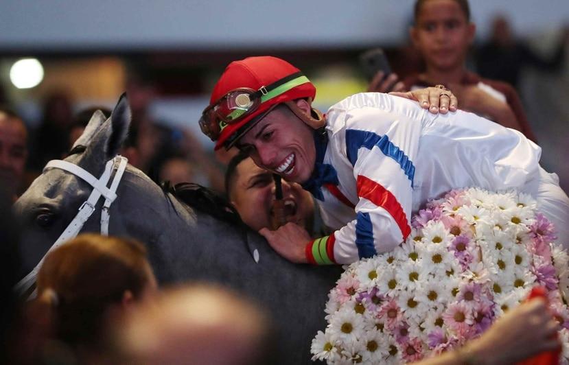 El jinete Irad Ortiz celebra luego de ganar la edición número 46 del Clásico Día de Reyes en el Hipódromo Camarero.