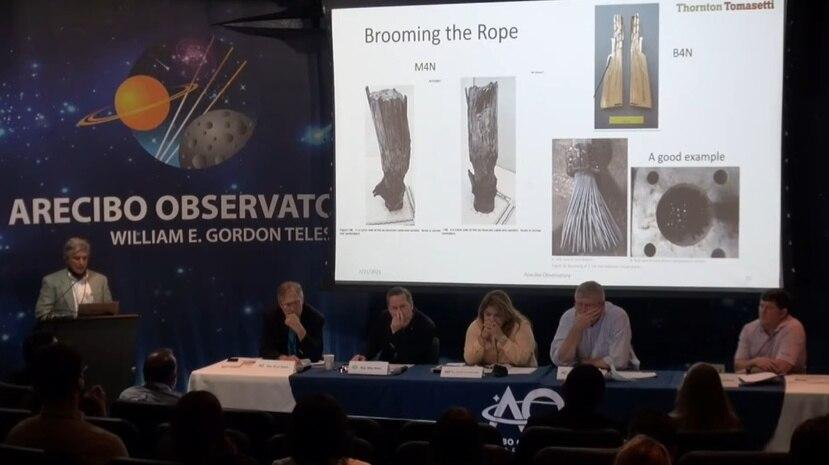 El ingeniero John Abruzzo muestra fotos de parte de los cables que fallaron, tras ser recuperados de los escombros del radiotelescopio de Arecibo.