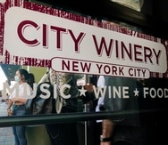 Clientes esperan e  fila para presentar pruebas de vacunación antes de ingresar al City Winery en la ciudad de Nueva York. Comensales que deseen beber vino, cenar y disfrutar de música en vivo en el restaurant de City Winery en Nueva York deben mostrar prueba de vacunación contra el coronavirus para poder entrar.