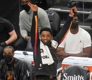 El base de los Jazz, Donovan Mitchell, celebra después de que un compañero de equipo anotó contra el Magic de Orlando.