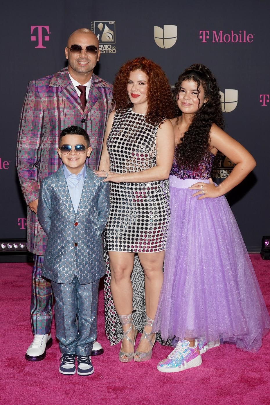 El reguetonero Wisin, quien cuenta con un premio por su trayectoria, llegó acompañado por su esposa Yomaira y sus hijos Yelena y Dylan.