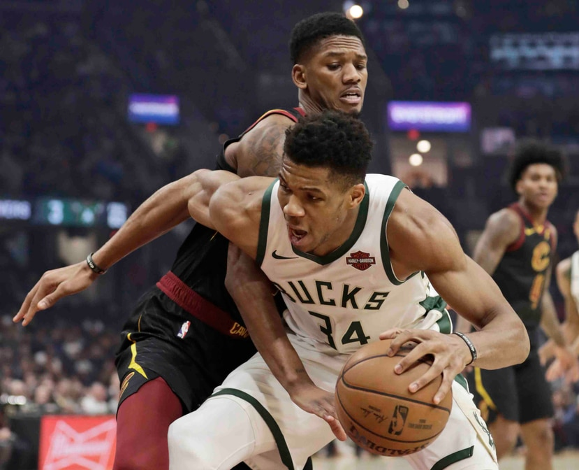 Giannis Antetokounmpo, de los Bucks de Milwaukee, elude a Alfonzo McKinnie, de los Cavaliers de Cleveland. (AP)