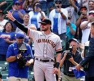 Kris Bryant, de los Gigantes de San Francisco, agradece el aplauso del público en Chicago, antes del juego.