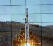 Imagen tomada de la televisión muestra la retransmisión del lanzamiento de un cohete de largo alcance desde el Centro Espacial Sohae, Corea del Norte. (EFE/YONHAP/Archivo)