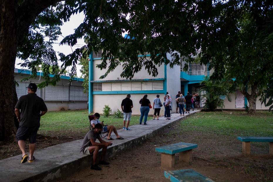 Al cierre de los colegios, más de 300 personas continuaban en fila a las afueras de la escuela Gabriela Mistral en Puerto Nuevo.