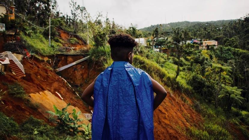 'La capa azul' es protagonizada por la laureada actriz cubana radicada en Puerto Rico Dolores Pedro y el novel actor loiceño Yanniel Arce, quien tenía 10 años al momento de este trabajo en 2018.