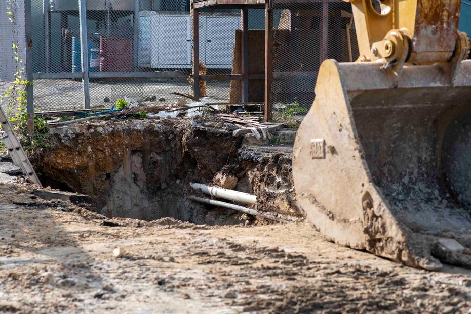 Para los trabajos de reparación la AAA tuvo que excavar gran parte del terreno aledaño a la tubería.