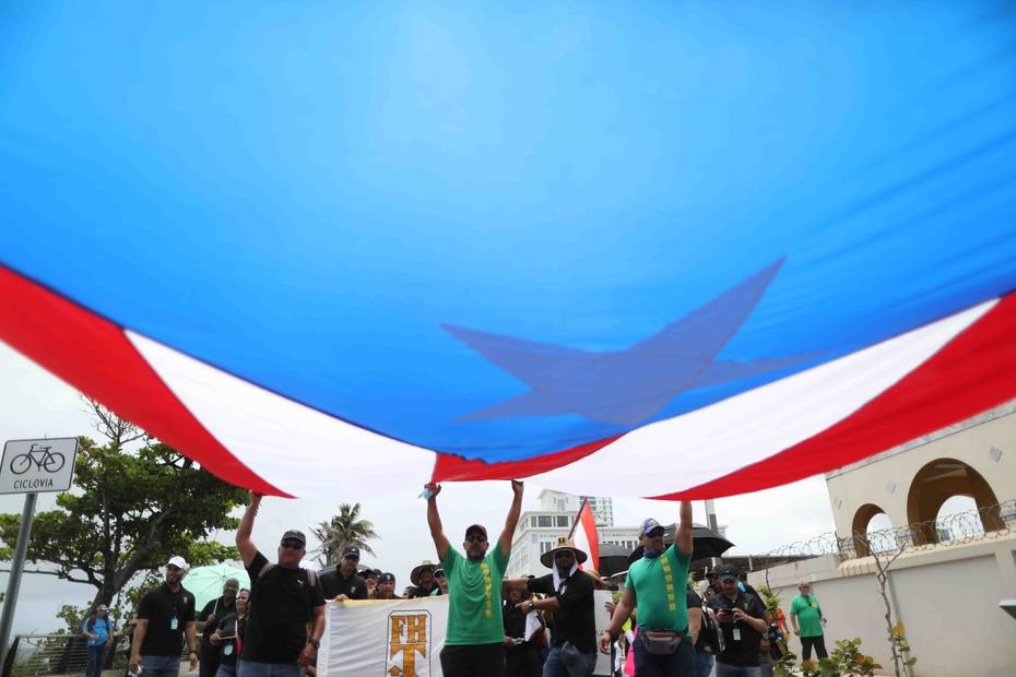 Una bandera gigante de Puerto Rico durante la marcha hacia el Capitolio.
