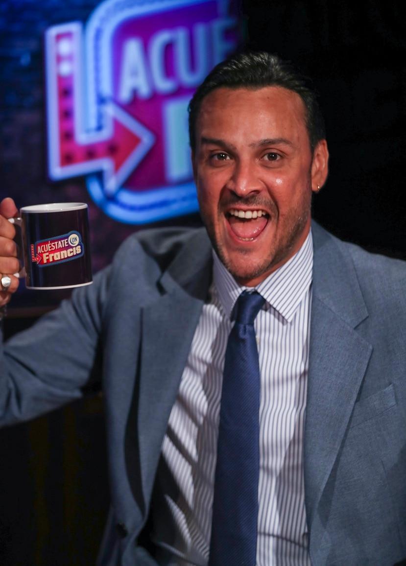 """El  comediante Francis Rosas estrena hoy su programa nocturno  de entrevistas """"Acuéstate con Francis"""".  david.villafane@gfrmedia.com"""