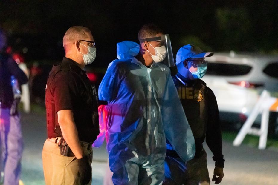 Como parte de los protocolos por el COVID-19, los arrestados fueron ataviados con batas quirúrgicas.
