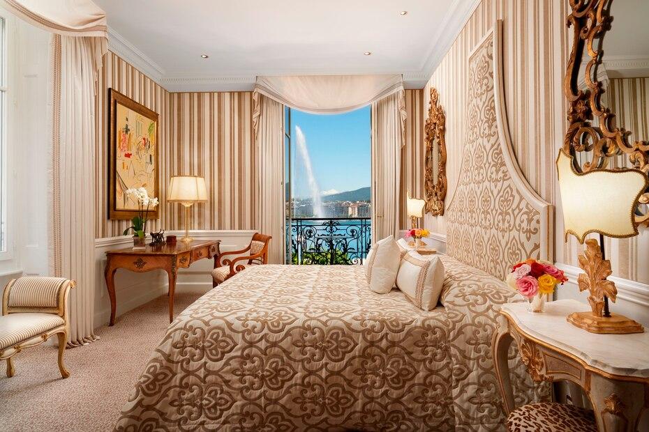 El hotel Anglaterre en Ginebra, está elegantemente ubicado a la orilla del lago Leman y con magníficas vistas de la famosa fuente Jet d'Eau (un chorro de agua de 140 metros de altura).